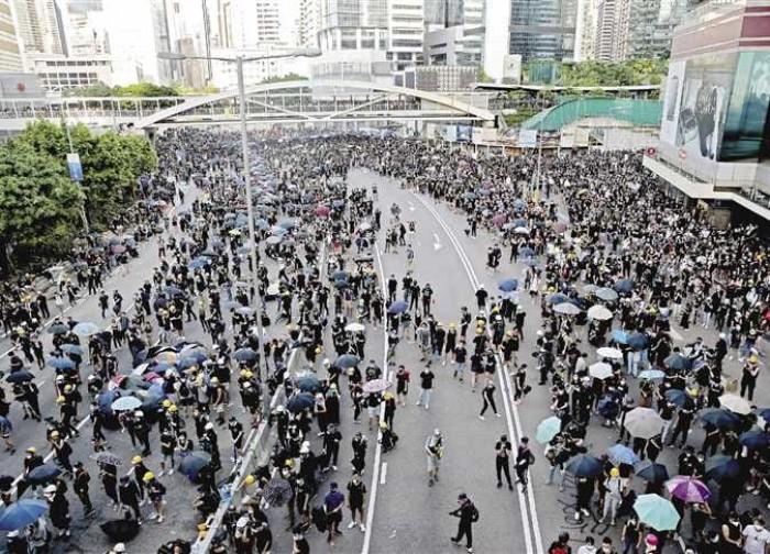 لتفريق المتظاهرين.. شرطة هونج كونج تطلق الغاز المسيل للدموع