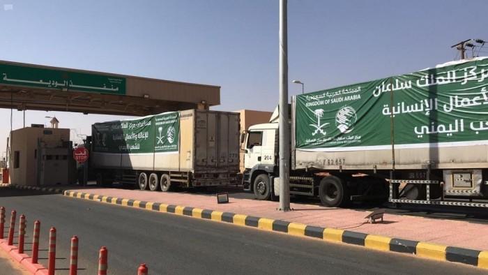 في 4 أيام.. 23 شاحنة تعبر منفذ الوديعة محملة بمواد إغاثية (صور)