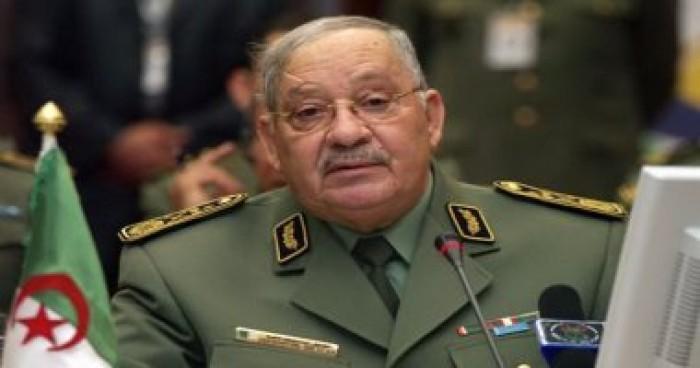 وصول جثمان رئيس الأركان الجزائري إلى قصر الشعب لبدء مراسم الجنازة