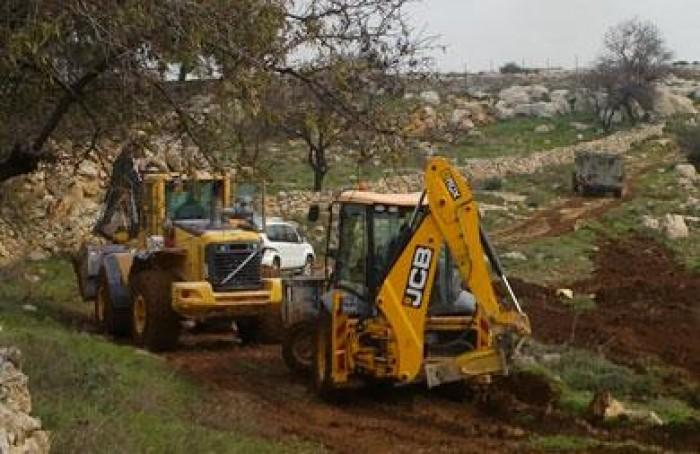 آليات عسكرية إسرائيلية تجرف الأراضي الفلسطينية الزراعية