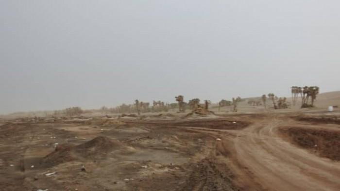 """بالقذائف المدفعية..مليشيات الحوثي تقصف مواقع """"المشتركة"""" في الفازة"""
