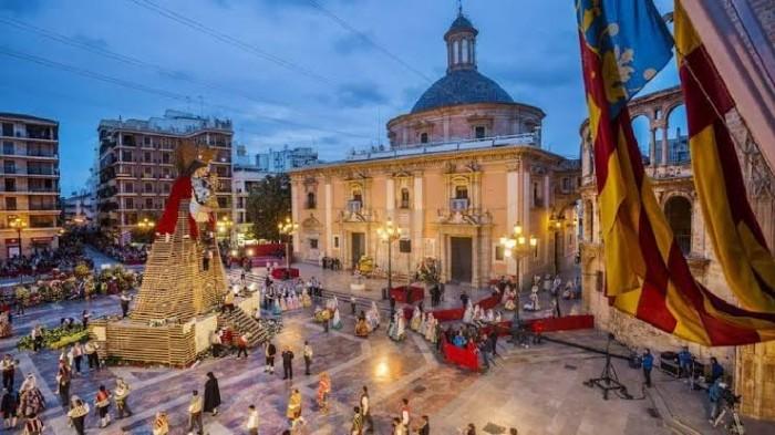"""قرية """"فيلار دي كورنيخا"""" الإسبانية تحتفل بالعام الجديد """"ظهرآ"""""""