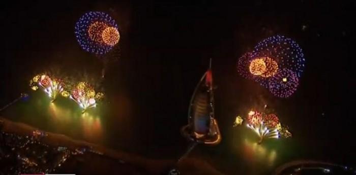 معالم الإمارات تضئ بالألعاب النارية احتفالا بالعام الجديد