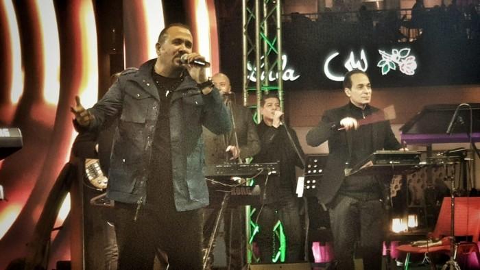 هشام عباس يشعل مسرح حفله بليلة رأس السنة (صور)