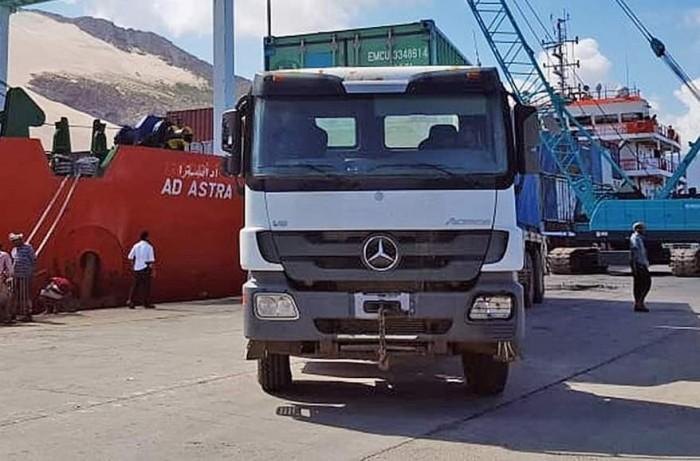 سفينة مساعدات إماراتية تصل إلى ميناء حولاف بسقطرى