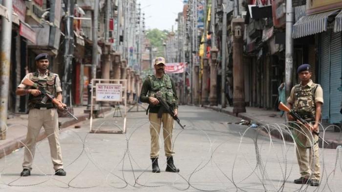 باكستان تطالب الهند برفع القيود عن كشمير فورًا