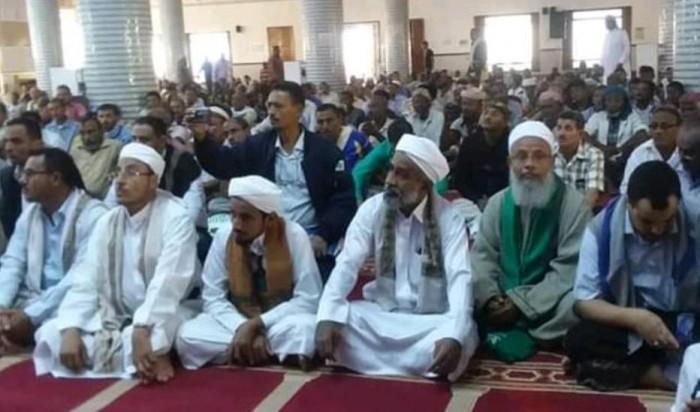مشرفو الحوثي يحتجزون المصلين لإقامة صلاة الغائب على سليماني