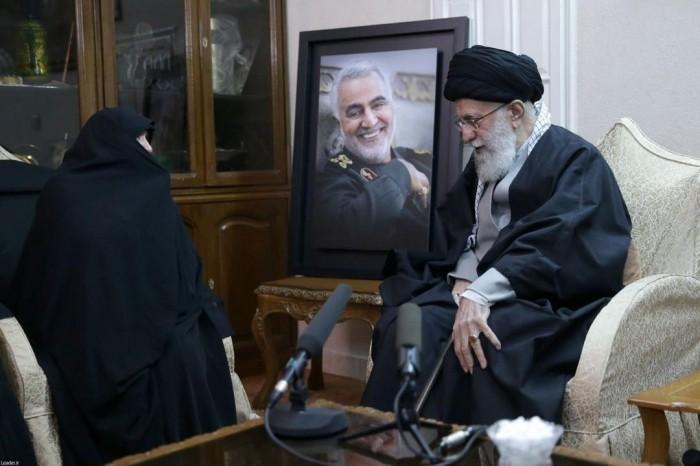 المرشد الإيراني علي خامنئي يزور منزل قاسم سليماني (صور)