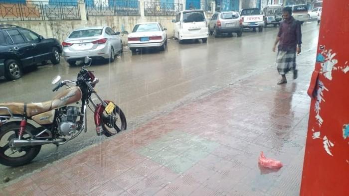 أمطار على مدينة المكلا وضواحيها (صور)