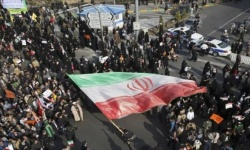 """طلاب الجامعات الإيرانية يرددون هتافات ضد المرشد: """"الحرس يقتل وهو يدعم"""""""