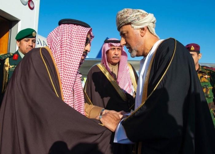 الملك سلمان يصل إلى عُمان لتقديم العزاء بوفاة السلطان قابوس (صور)