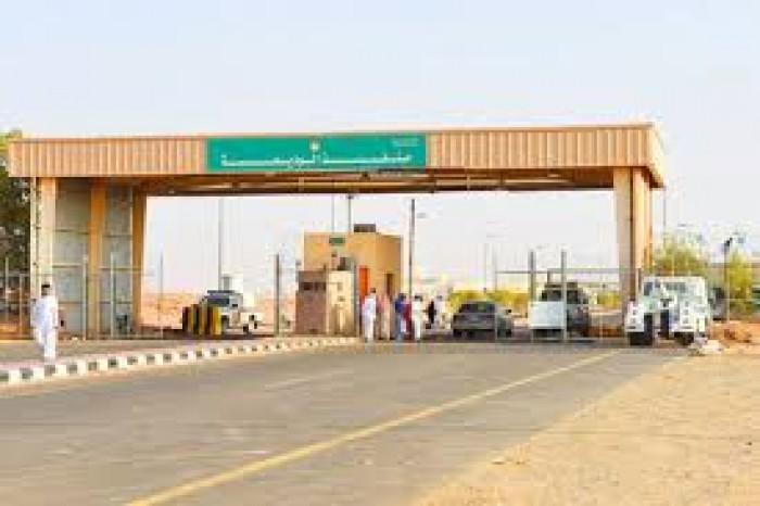 25 شاحنة إغاثية تعبر منفذ الوديعة إلى عدن