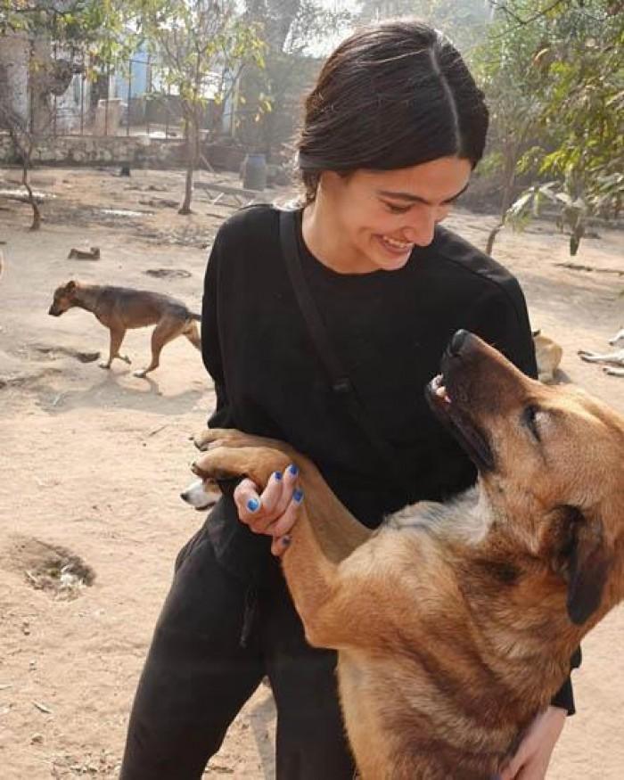 بالصور.. تارا عماد توجه لجمهورها رسالة بعد زيارة ملجأ للكلاب الضالة