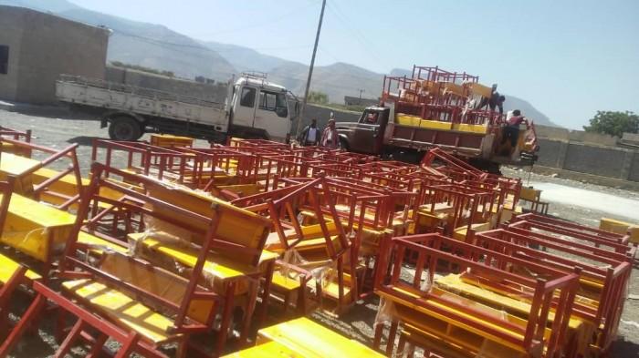 """""""اليونيسيف"""" يقدم 500 كرسي لمدارس حبيل الجبر بلحج"""