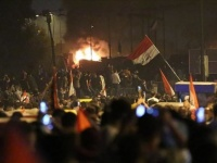 العراق.. اشتباكات عنيفة بين متظاهرين وقوات الأمن في كربلاء