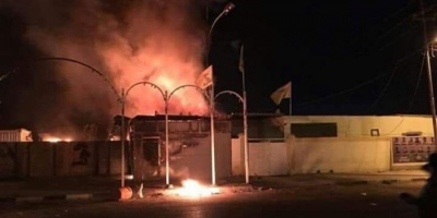محتجون يحرقون مقرًا لكتائب حزب الله العراقي في النجف