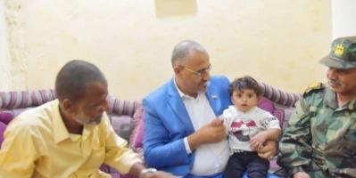 في لفتة إنسانية.. الزُبيدي يزور أسرة الشهيد أبو خطاب