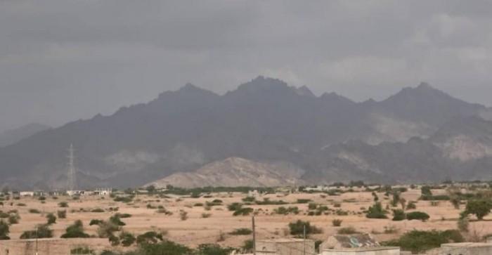 بمختلف أنواع الأسلحة..مليشيات الحوثي تقصف الأحياء السكنية في حيس