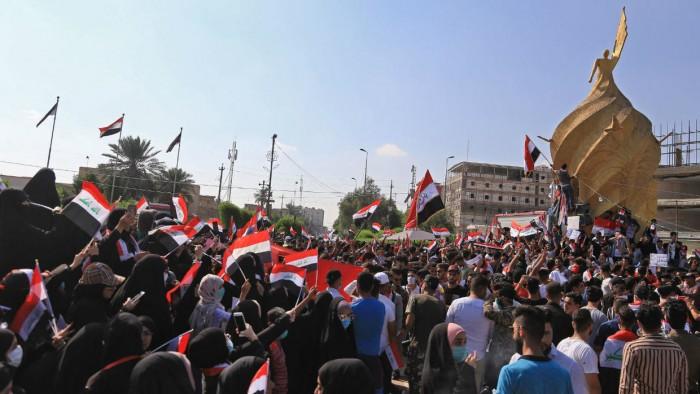 باحث يُطالب العراقيين بمواصلة الانتفاضة (تفاصيل)
