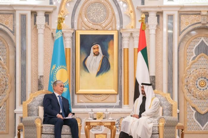 الشيخ محمد بن زايد ورئيس كازاخستان يوقعان مذكرات تفاهم بين البلدين