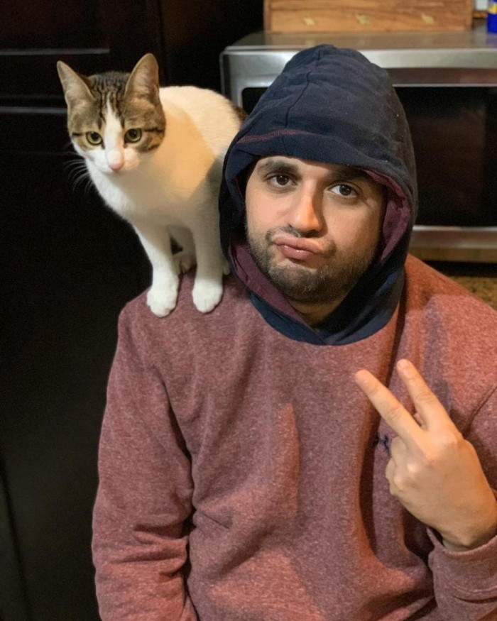 مصطفى خاطر بصورة مع قطته :حاسس إني مربي صقر