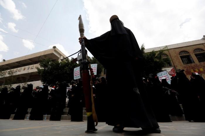 """الزينبيات.. """"رتب عسكرية"""" لشرطة الحوثي النسائية"""