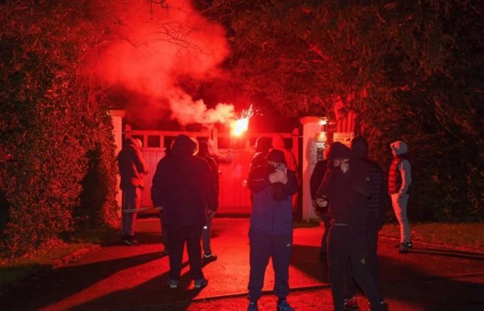 بالألعاب النارية.. جماهير مانشستر يونايتد يعتدون على منزل رئيس النادي