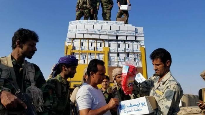 إتلاف المساعدات أمام أعين السكان.. قلوبٌ حوثية تملؤها القسوة