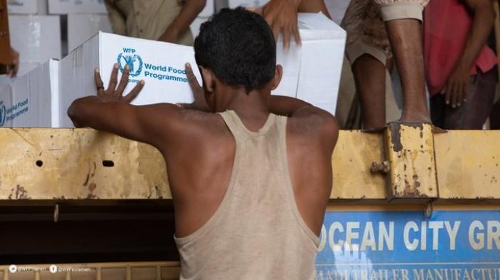 """""""الغذاء العالمي"""" يقدم مساعدات غذائية للنازحين من نهم ومأرب والجوف"""