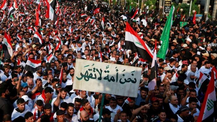 إعلامي يُطالب المتظاهرين العراقيين بتنظيم صفوفهم