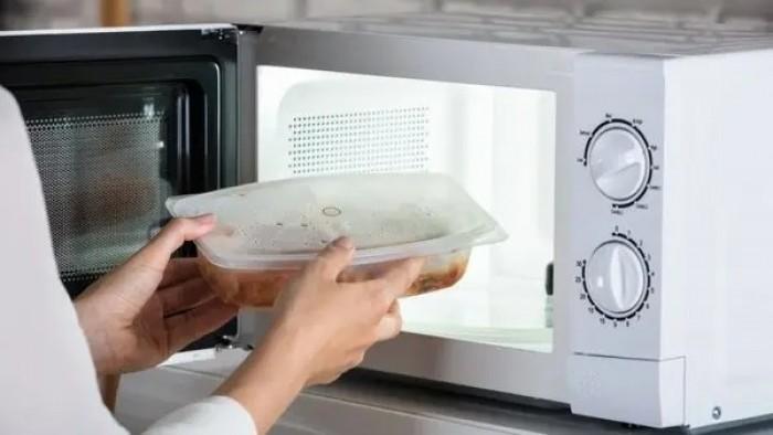 تعرف عليها.. فوائد وأضرار أواني المطبخ البلاستيكية