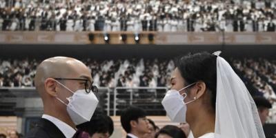 زفاف جماعي يتحدى كورونا بالكمامات في كوريا الجنوبية