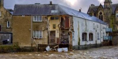 لحظة انهيار فندق بسبب مياه الفيضان في أسكتلندا