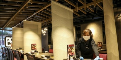 """عقب تسجيلها إصابة 50 شخص.. مطاعم """"هونج كونج"""" تضع حواجز بين الزبائن بسبب كورونا"""