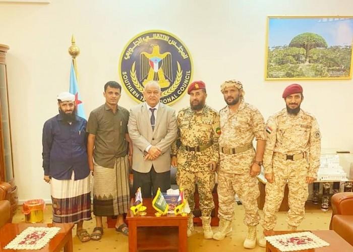 رئيس انتقالي عدن يطالب ألوية الدعم والإسناد باليقظة والجاهزية