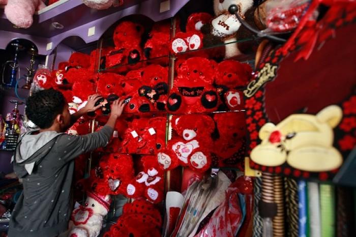 """""""الحب"""" في زمن الحوثي.. طائفية تستهدف """"العيد الأحمر"""""""