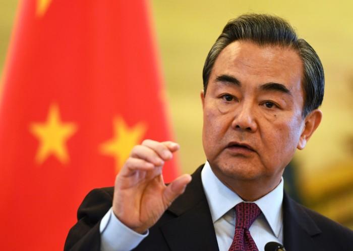 وزير خارجية الصين يعترف بتحدي فيروس كورونا وينتقد المبالغة برد الفعل