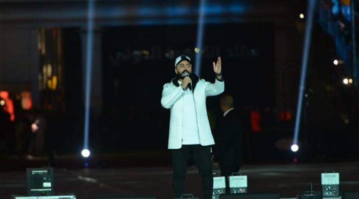 تامر حسني يتألق بالغناء ويمازح جمهوره في حفله الأخير (صور)