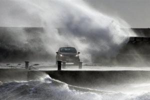 """طوارئ بريطانيا تكشف عن حادث مأساوي بـ""""ويلز"""" وراءه """"دينيس"""""""