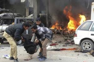 مقتل 10 بينهم شرطيان في تفجير انتحاري غربي باكستان