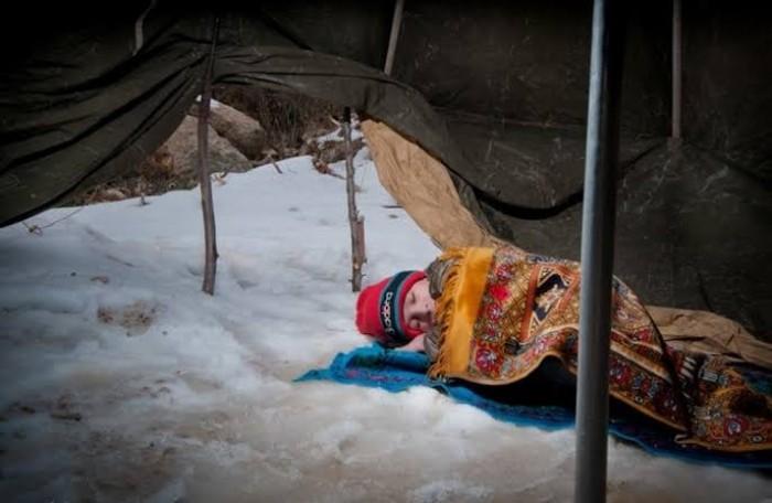 التايمز: أطفال اللاجئين السوريين يموتون بردا عند الحدود التركية