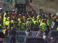 """مزارعون إسبان يغلقون الطرق بالجرارات للمطالبة """"بأسعار عادلة"""" لمنتجاتهم"""
