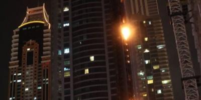 """(فيديو) حريق هائل بواجهة برج """"دجى"""" بإمارة دبي"""