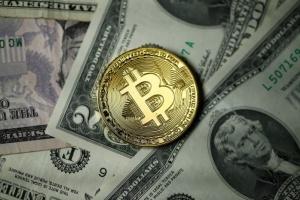 """"""" بيتكوين"""" تتراجع و"""" لايتكوين"""" و""""ريبل"""" ترتفعان مقابل الدولار"""