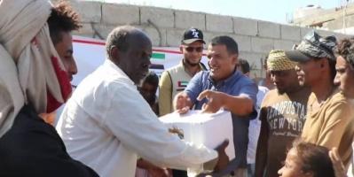 الهلال الإماراتي يوزع 103 أطنان تمور بتعز (صور)