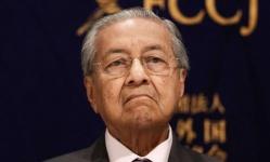 ملك ماليزيا يتسلم استقالة مهاتير محمد ويعينه رئيس وزراء مؤقت