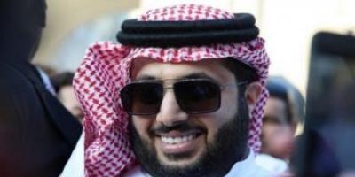 تركي آل الشيخ يعود إلى المملكة بعد رحلة علاج