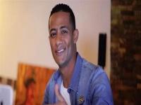 بالفيديو.. الجمهور يلتف حول محمد رمضان أثناء زيارته لمنزله القديم بإمبابة