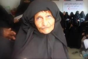 """""""الهلال الإماراتي"""" يكرم مسنة متفوقة بمركز محو الأمية في حيس"""
