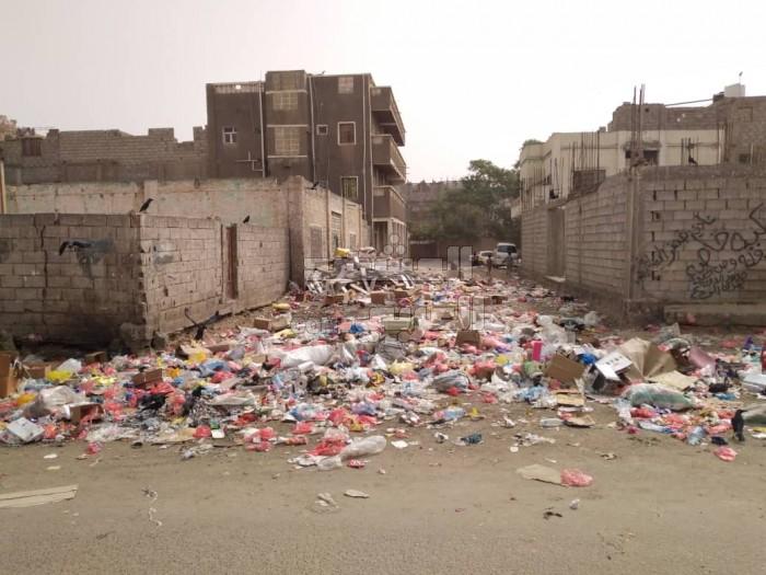 وسط تجاهل الجهات المعنية.. انتشار القمامة في شوارع جعار (صور)